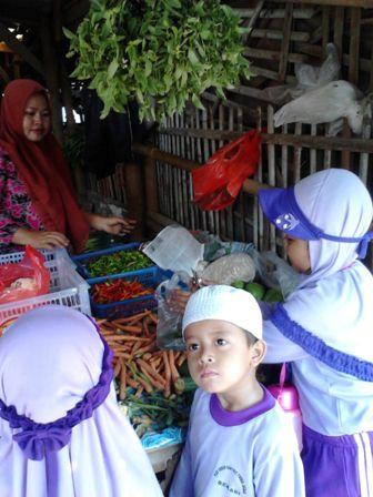 Belajar Berbelanja dan Memasak di TK Khas Fikrul Akbar
