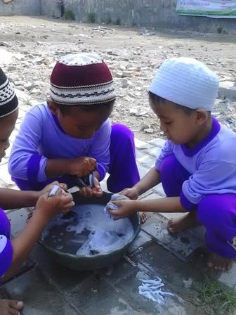Siswa Siswi TK Khas Fikrul Akbar Belajar Mencuci Kaos Kaki Sendiri