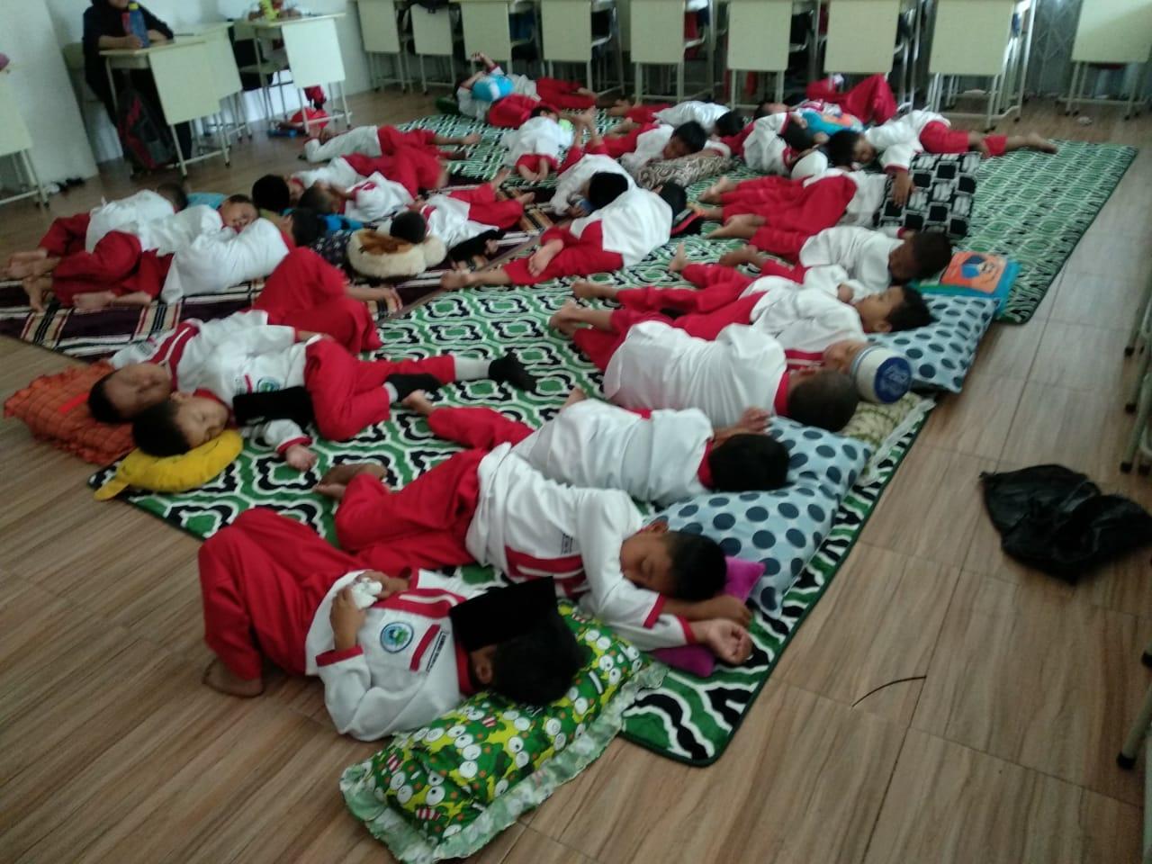 Inilah kegiatan rutinitas agar santri lebih mengenal Sunnah, yaitu Qoilullah (tidur siang)