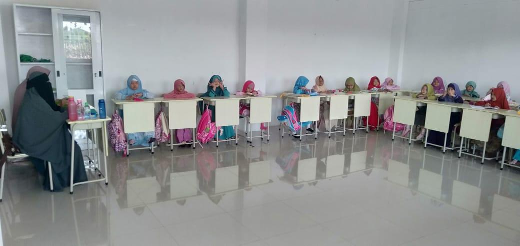 Suasana Kegiatan Belajar Mengajar Di SD FAIS Akhwat/Perempuan